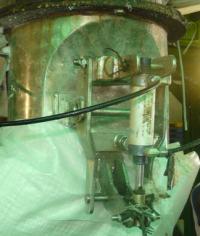 clamp untuk gripping kantong (bag) di mesin timbangan